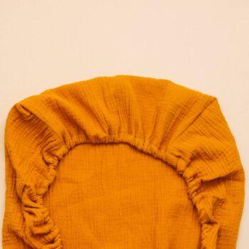 detalle tela sabana bajera capazo muselina mostaza