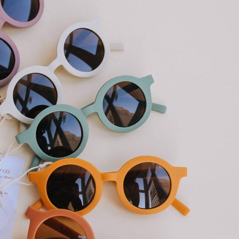 colores con gafas sol niño verdes