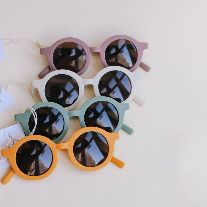 colores con gafas sol rosa
