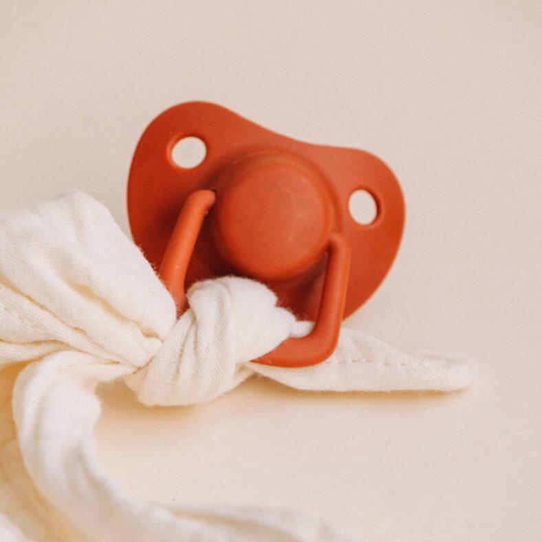 chupete filibabba rojo con muselina blanca dudu