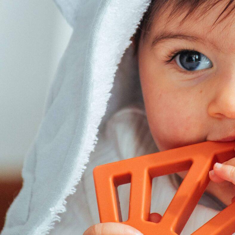 Detalle de bebé jugando con mordedor sol