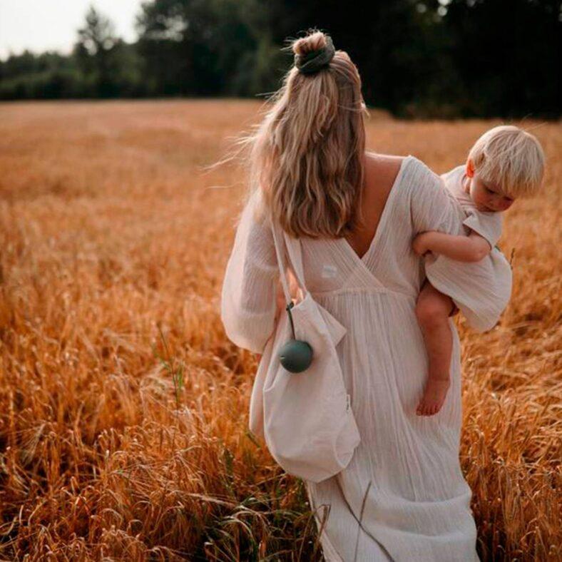 Portachupetes Mushie Verde salvia con madre y bebé