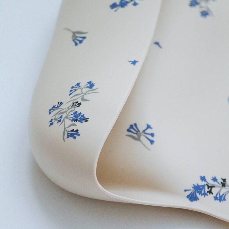 Detalle del babero de silicona con lilas