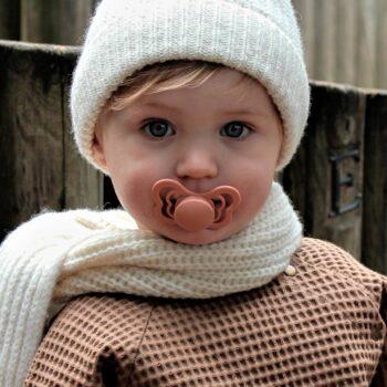 niña con chupete bibs couture peach