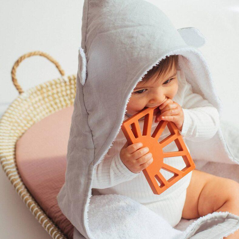 Bebé con capa de baño lino boira