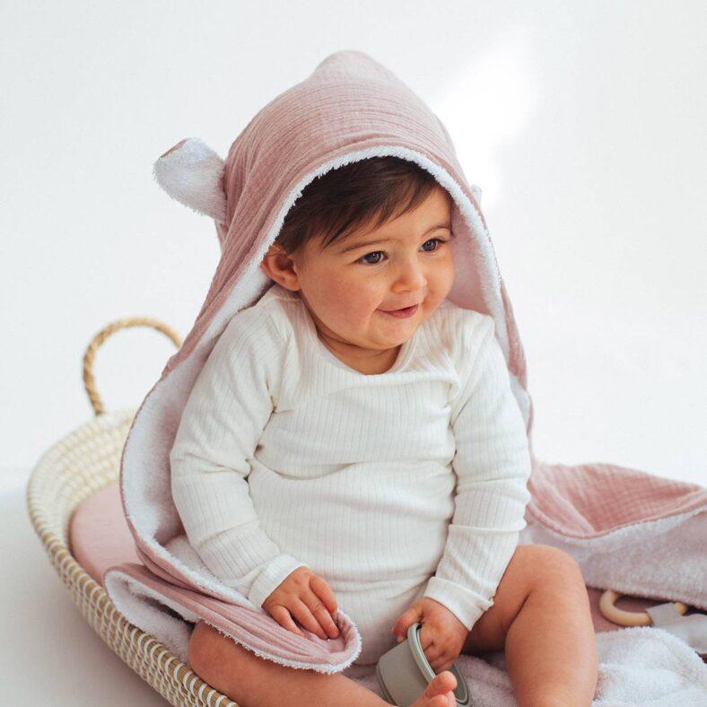 Bebé con capa de baño de rizo de algodón y muselina orgánica