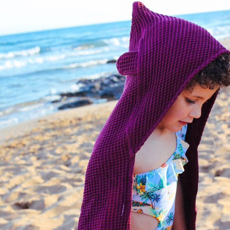 niña con capa baño gofre