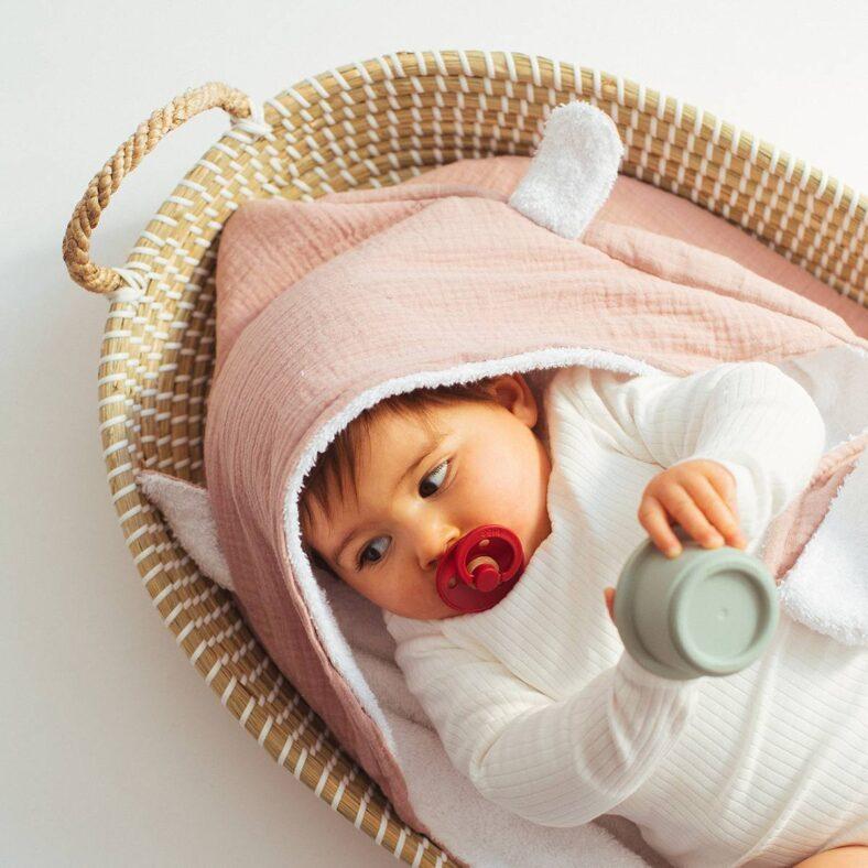 Cesto cambiador con bebé