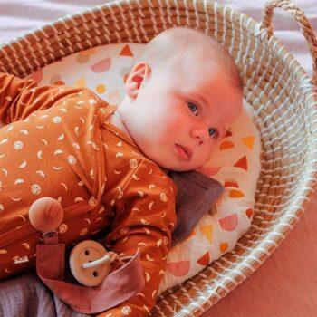 Chupetero de tela de lino modelo Rose con bebé