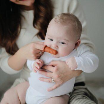 bebe con dedal cepillo encias