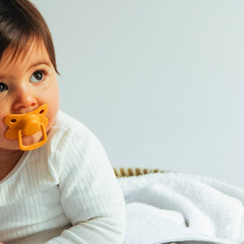 bebe con filibabba mostaza moments