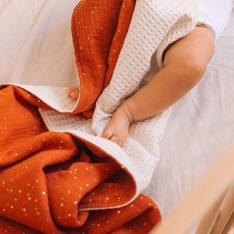 bebe con manta alhambra roja gofre