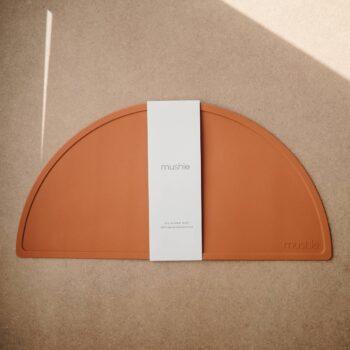 Mantel de silicona Mushie. Modelo rojo arcilla