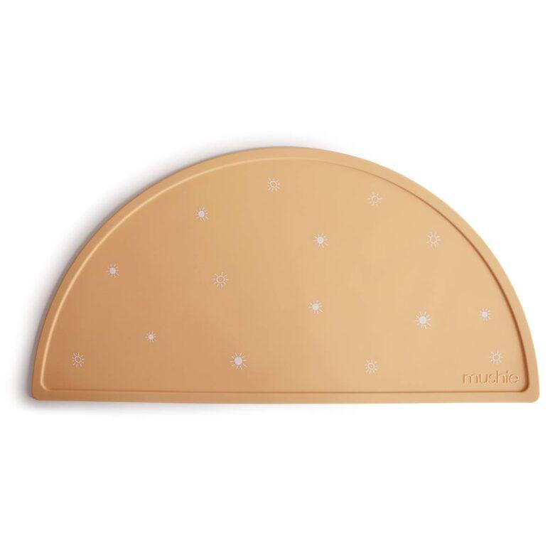 Mantel de silicona Mushie. Modelo con soles