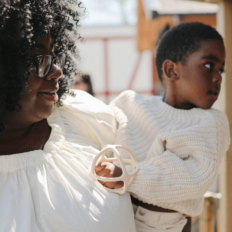 Niño y madre con mordedor de silicona geométrico marfil