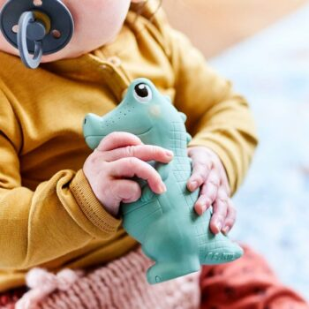 bebe con mordedor sonajero caucho cocodrilo