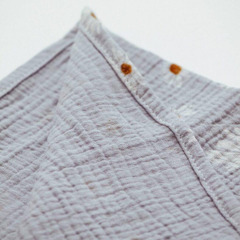 detalle muselina margaritas azul
