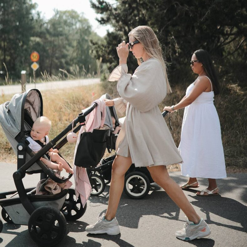 Portachupetes Mushie modelo Malva con madres paseando