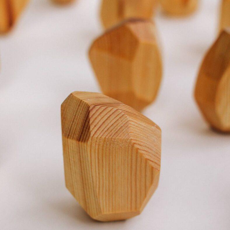 Rocas de equilibrio de madera