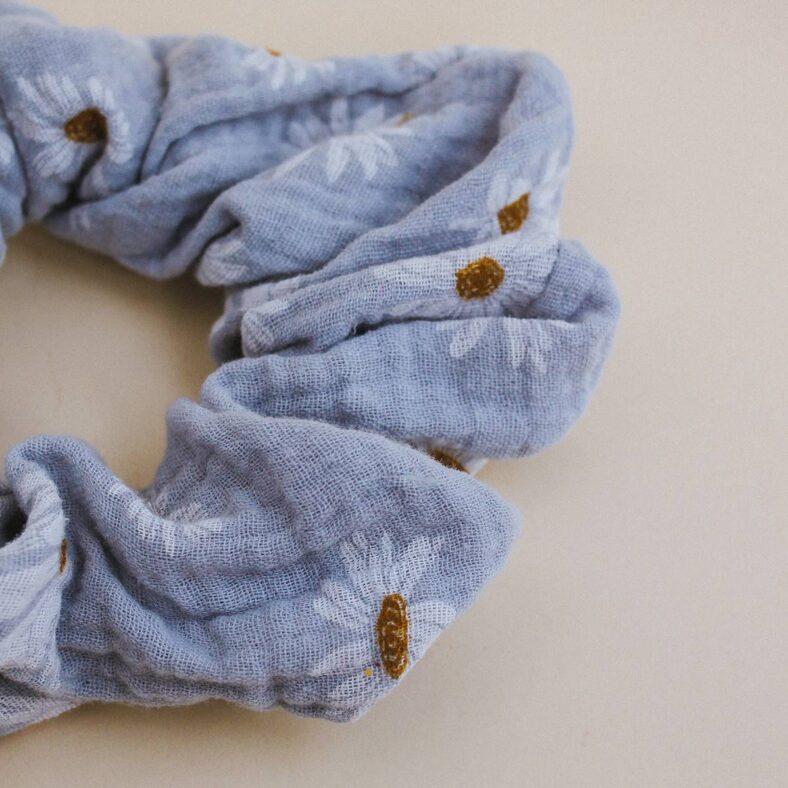 detalle scrunchie muselina margaritas azul