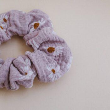 scrunchie muselina margaritas rosas detalle