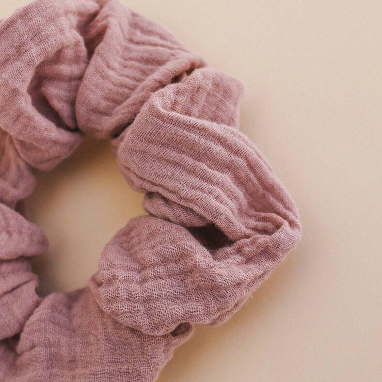 detalle scrunchie rosa muselina