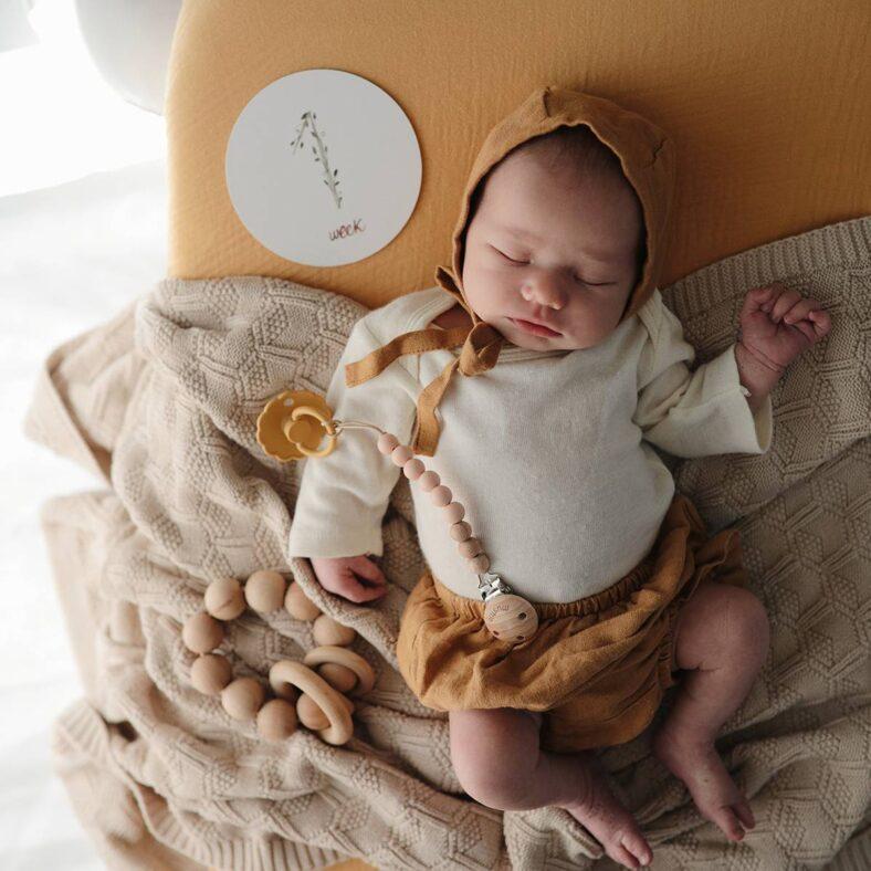 bebe con tarjeta crecimiento recien nacido