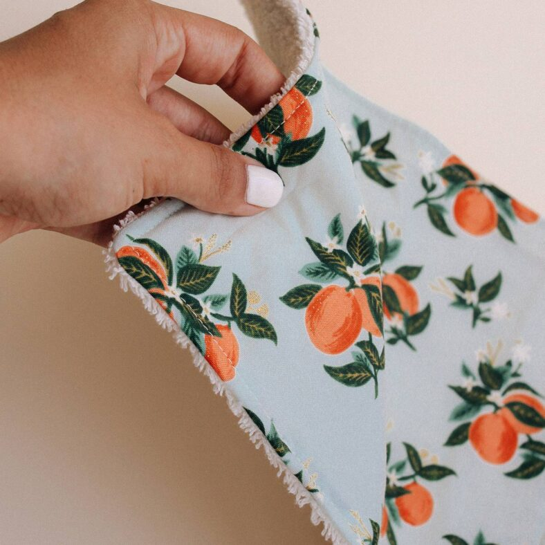 mano toallita paño lactancia naranjas