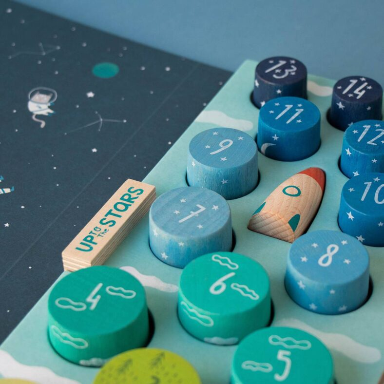 detalle caja juguete apilable madera up to the stars