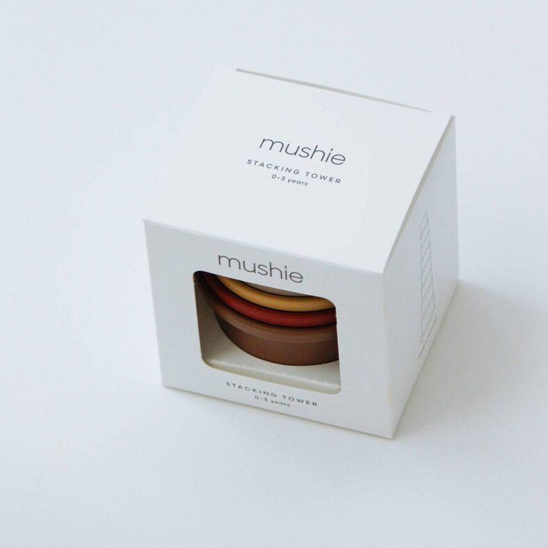 Vasitos apilables Mushie modelo retro en su caja